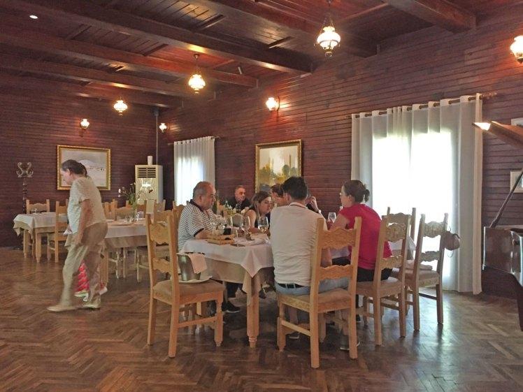 Een van de eetzalen bij Hoteli i gjuetise.