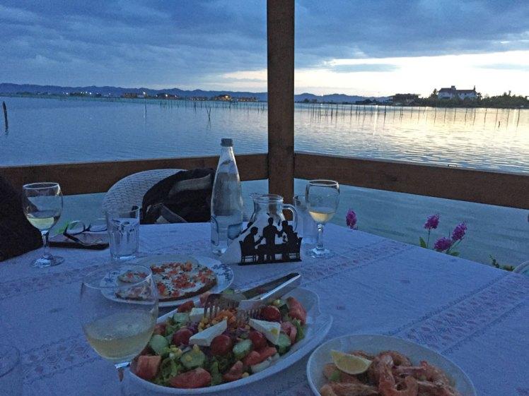 Diner bij zonsondergang in Patok