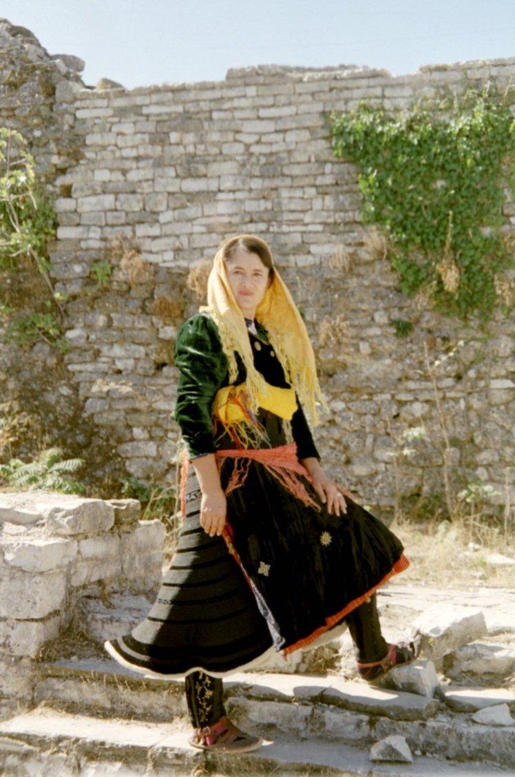 Xhubleta waarin de klokvormige vorm van de rok heel mooi getoond wordt.