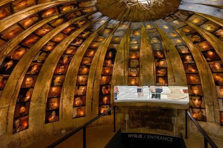 binnenkant van de bunker beplakt met fotos van mensen die geëxecuteerd werden door de communisten in Albanie