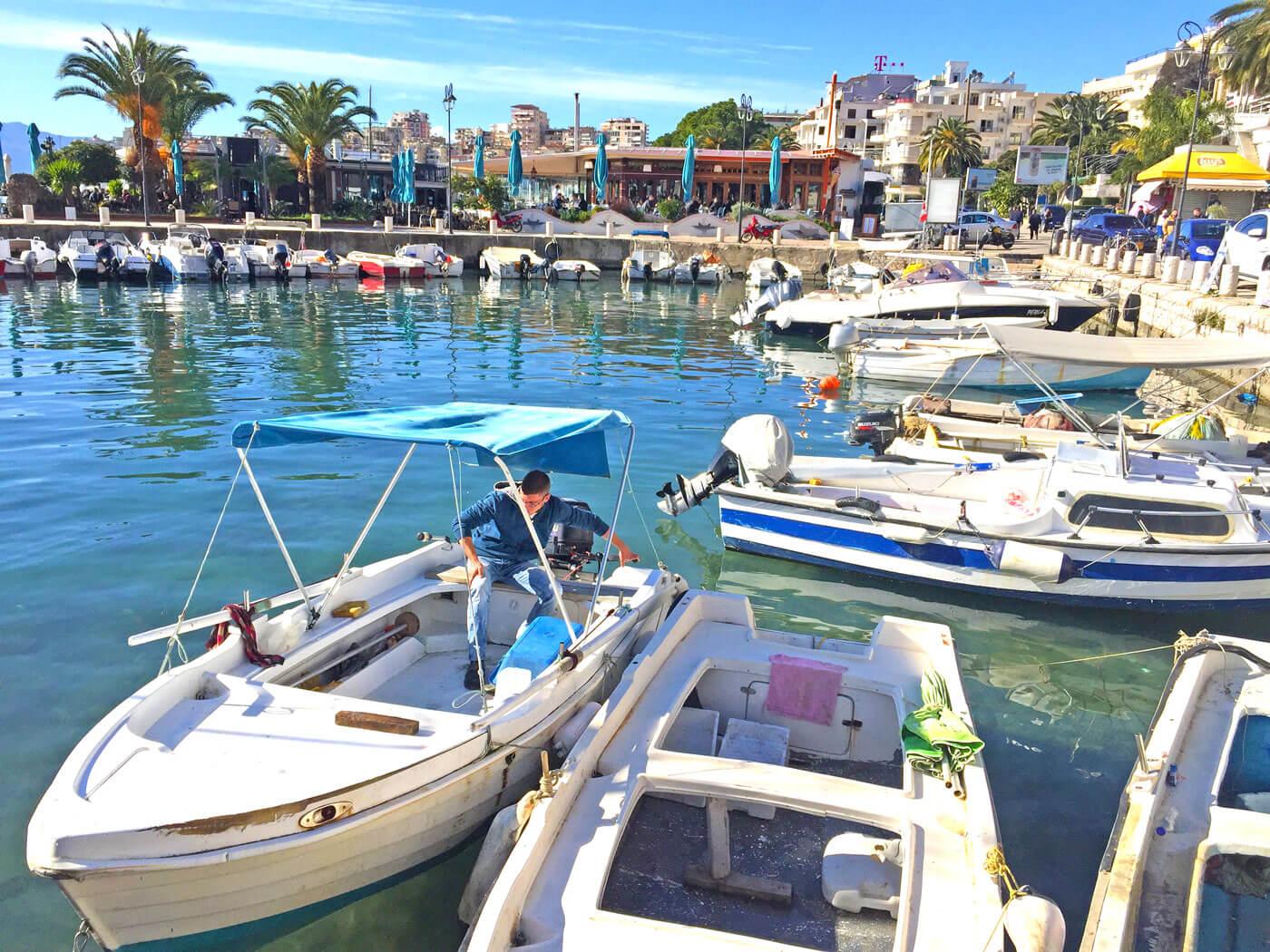 Vissershaven van Saranda met restaurant Limani op de achtergrond.
