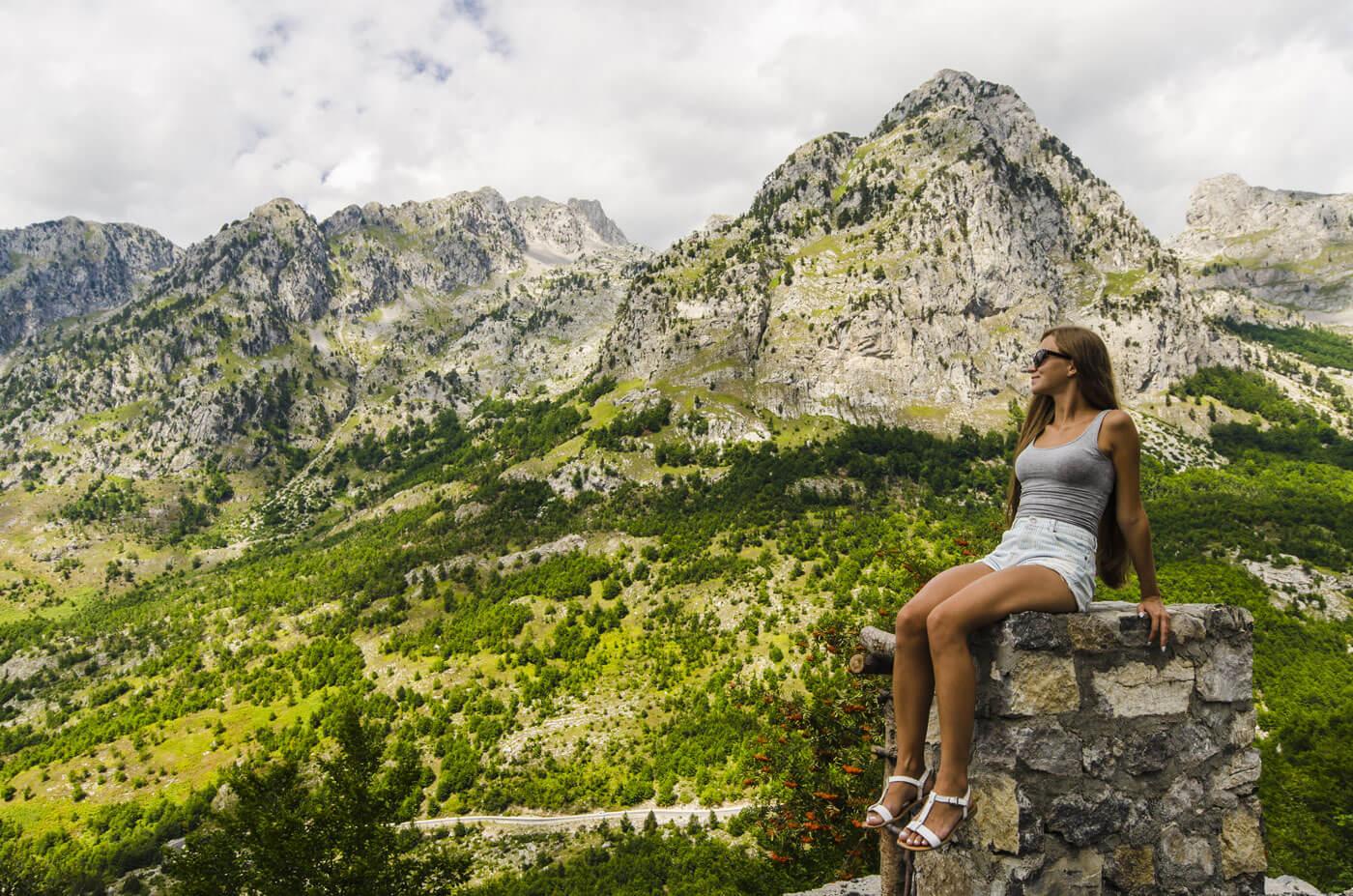 Berglandschap Albanie bij Valbone, noord Albanie, vrouw op het voorgrond