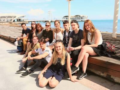 Durres promenade albanie, groepsfoto leerlingen