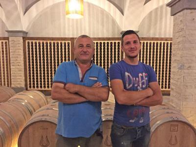 wijnkantine Nurellari-vader-en-zoon