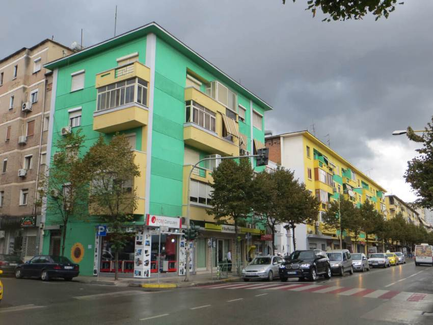 HZ-beschilderd-gebouw-groen-tirana