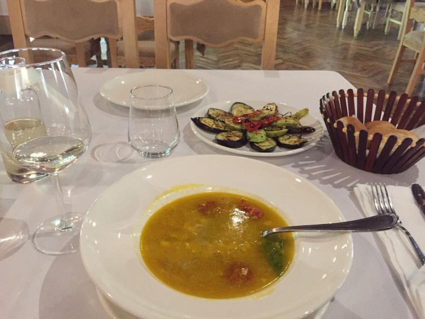 Vissoep bij de Jachthotel eten Lezhe
