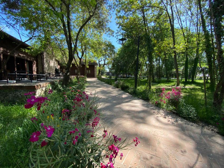 de tuin van het jacht hotel; hotel i gjuetise lezhe albanie