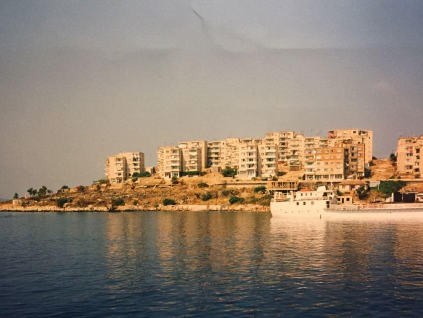 1994-Saranda-Landtong-met-alleen-woonblokken-en-haventje Foto: Gerda Mulder