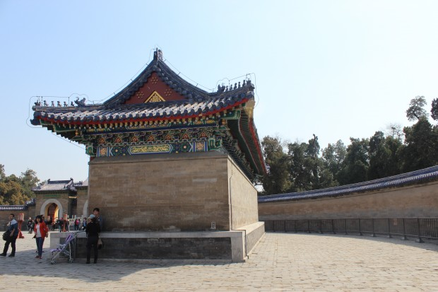 The Echo Wall (Echomauer), a circular wall which surrounds the Imperial Vault of Heaven