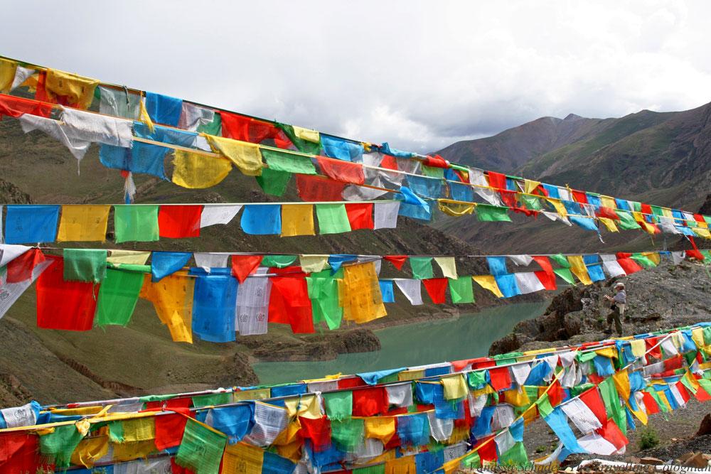 Gebetsfahnen Yamdrok Yamtso Tibet ASIEN
