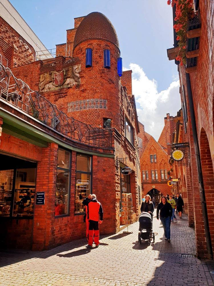 Die Böttcherstraße in Bremen ist durch die Mischung aus traditioneller und expressionistischer Backstein-Architektur geprägt.