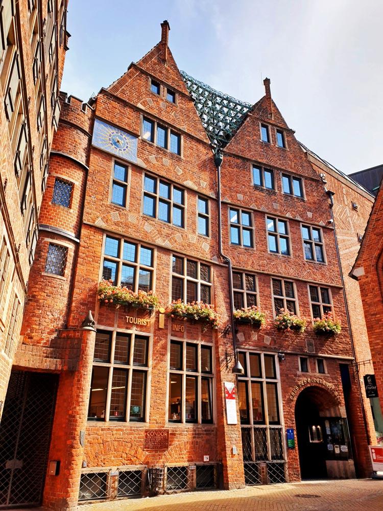 Am Haus des Glockenspiels in der Böttcherstraße in Bremen sind 30 Porzellanglocken befestigt