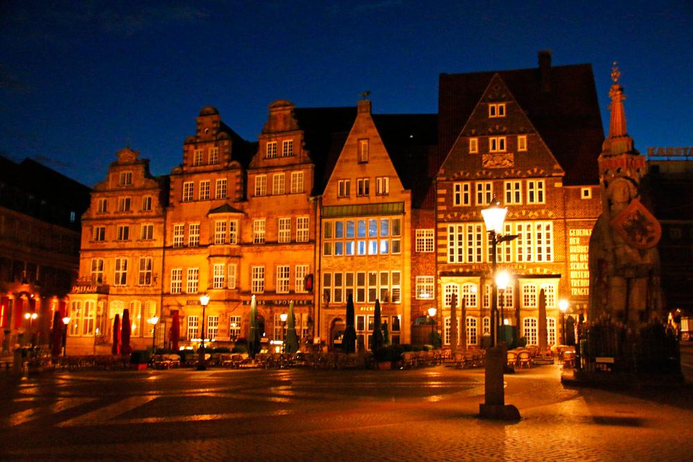 Die Kaufmannshäuser auf dem Marktplatz in Bremen sind bei Nacht wunderschön angeleuchtet