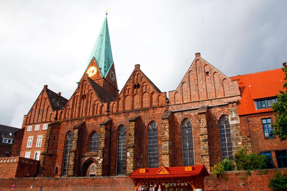 Die Martinikirche liegt an der Weser in Bremen