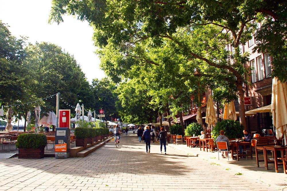 Die Schlachte ist die Uferpromenade in Bremen mit Restaurants, Cafés und Cocktailbars