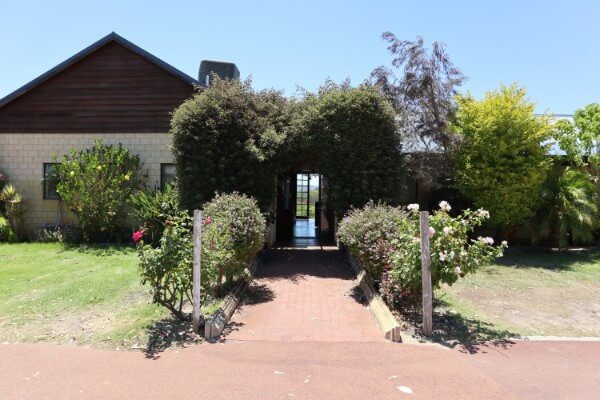 entrance-into-the-black-swan-winery