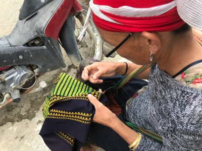 a Red Zao doing her craft