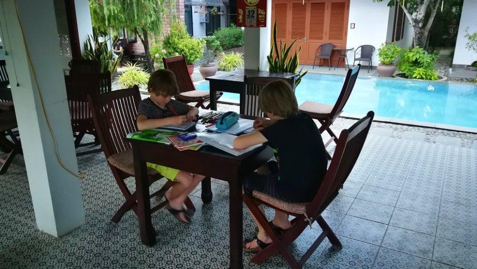 travelling the young ones, reizen en leerplicht, reizen met kinderen