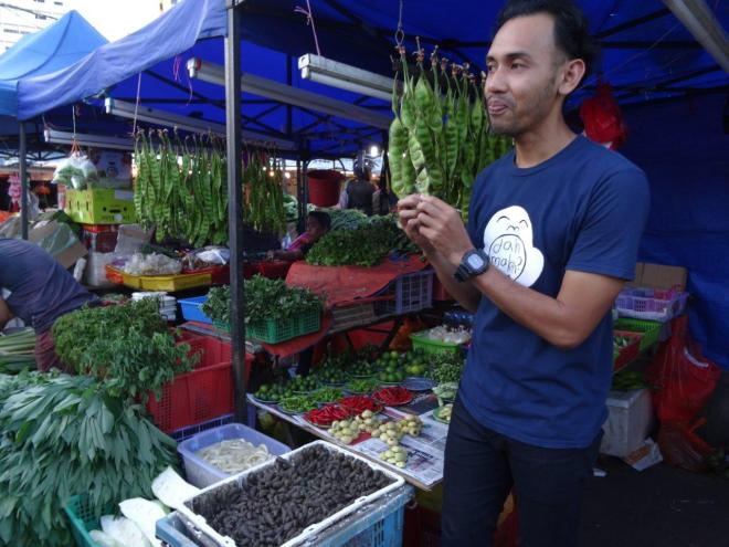 Fadly telling about the Farmers market in Jalan Raja Alang, KL, Malaysia. Food tour in Kuala Lumpur, Malaysia