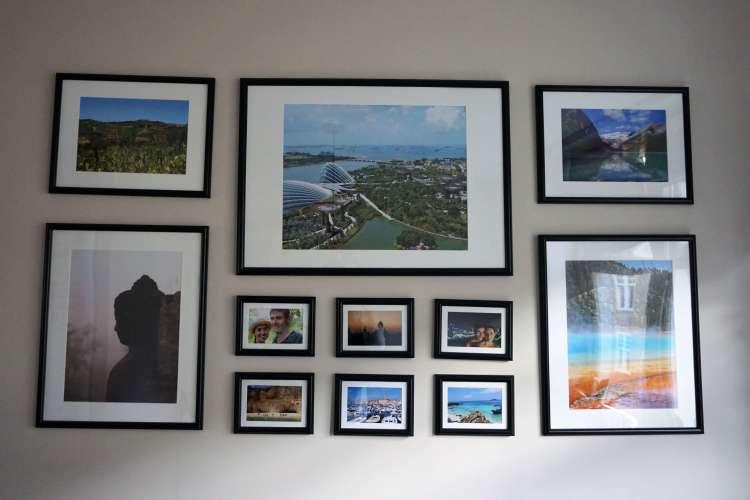 Vakantiefoto's aan de muur