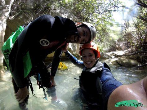 Practicando barranquismo acuático
