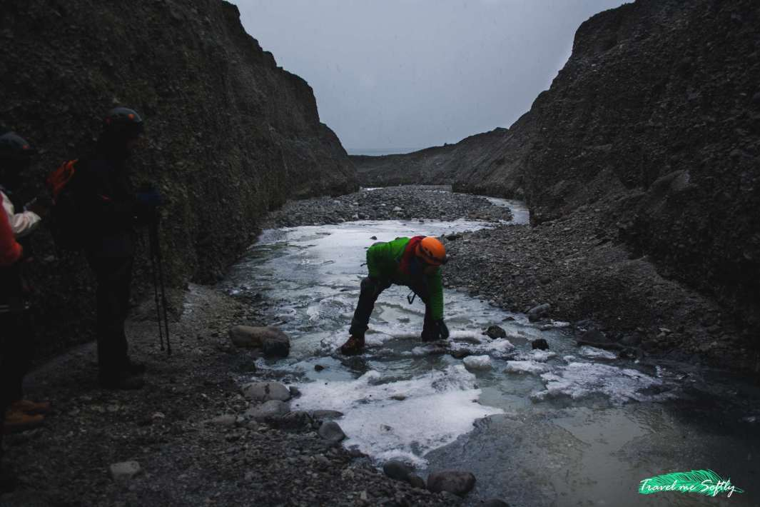 cruzando el río glaciar blue ice cave