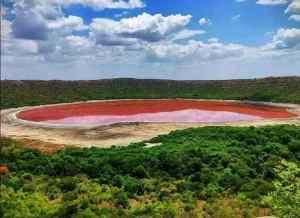 Maharashtra lonar lake turns red