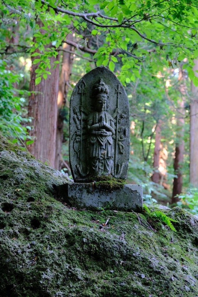 山坡上樹立了不少雕像。