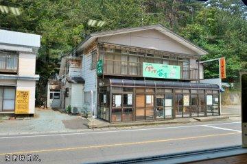 在十二湖站對面的「十二湖館」旁,便是巴士站。