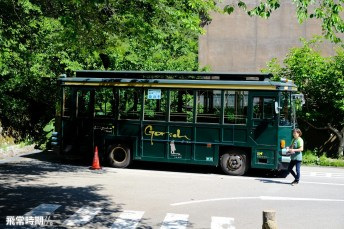 車站左方便是猿遊號巴士站。