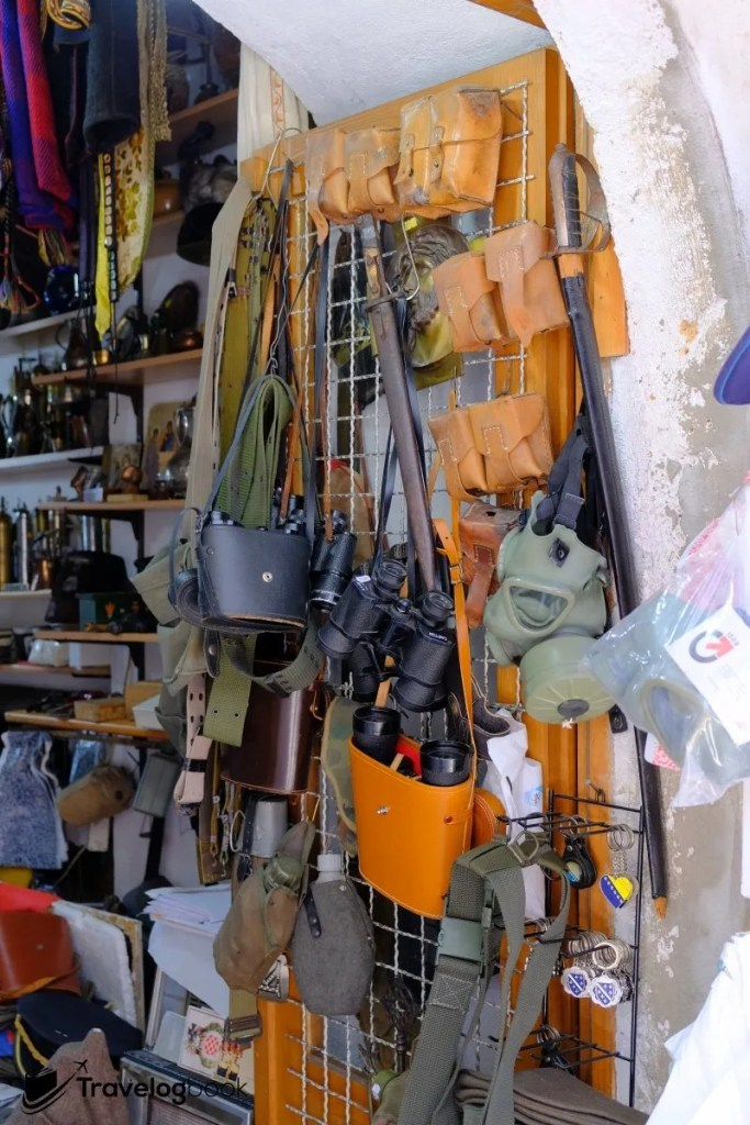 有小店出售昔日的軍用裝備,舊化外觀難道是當年遺留下來的「真品」?