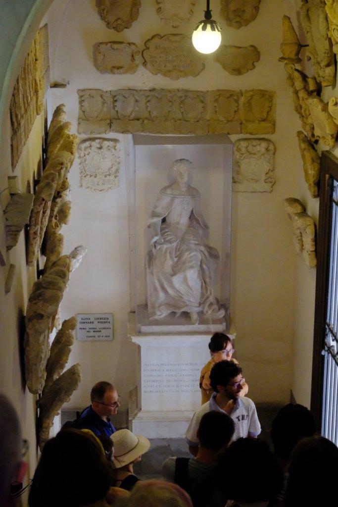 世界首位女大學畢業生 Elena Lucrezia Cornaro Piscopia,也是在這所大學畢業,現時內裏還可找到她的雕像。