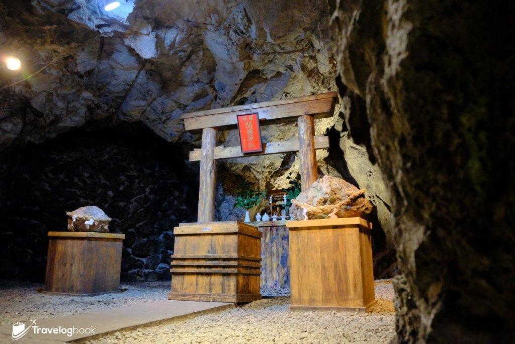 坑道內的薩摩開運神社,供奉的是島津義弘,當年關原之戰他在戰敗下仍能以少數兵力突圍撿回一命,現時摸摸前面的礦石,就可沾沾他的運氣。