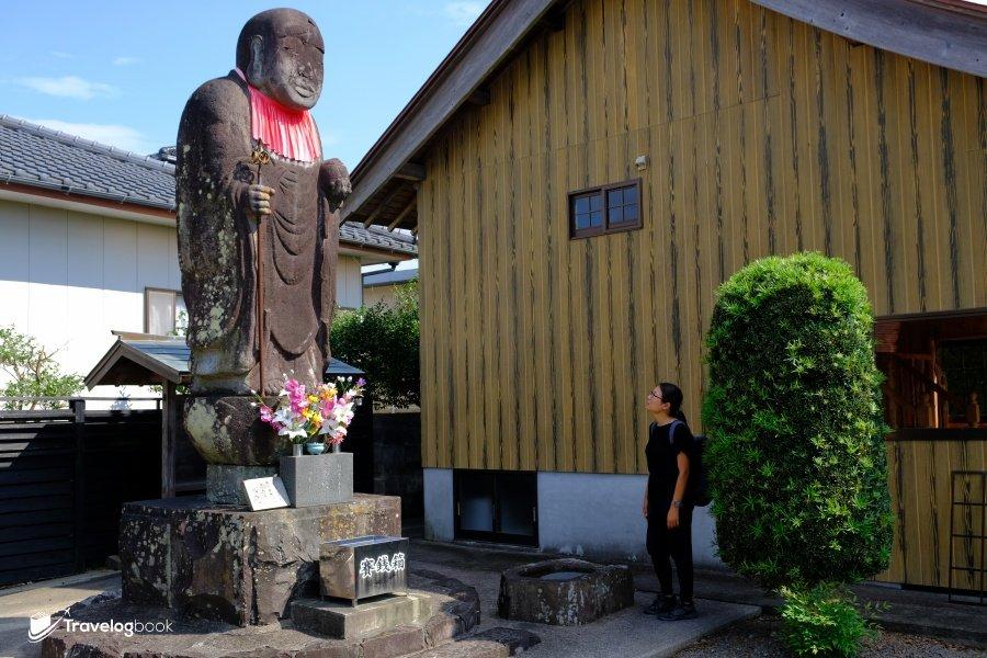 日本最大的地藏像,原來在出水市的八坂神社內。高4.15米,而且還是用整塊石頭雕出來。