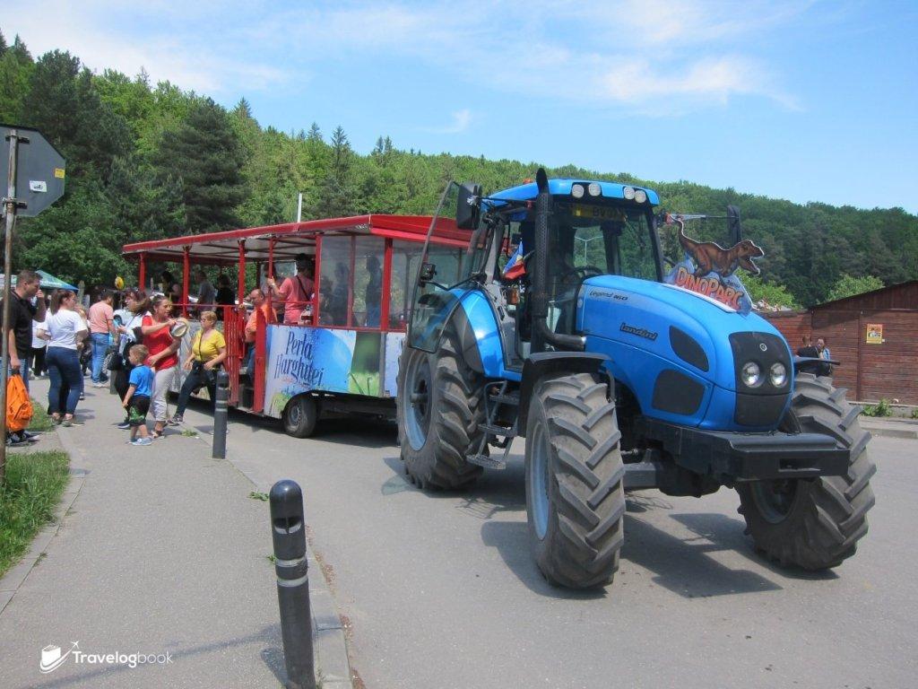 在停車場口,還可選擇乘坐拖拉機上山(5 Lei/人)。