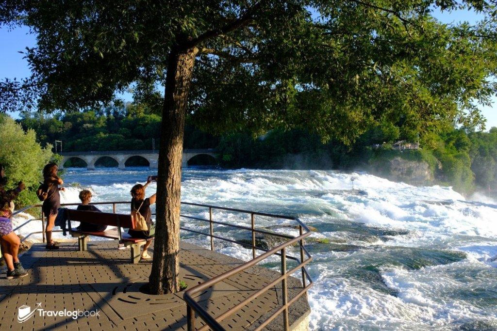 這個最近市中心的觀瀑位置,當日可能接近黃昏關係,旅人疏落,感覺更愜意。