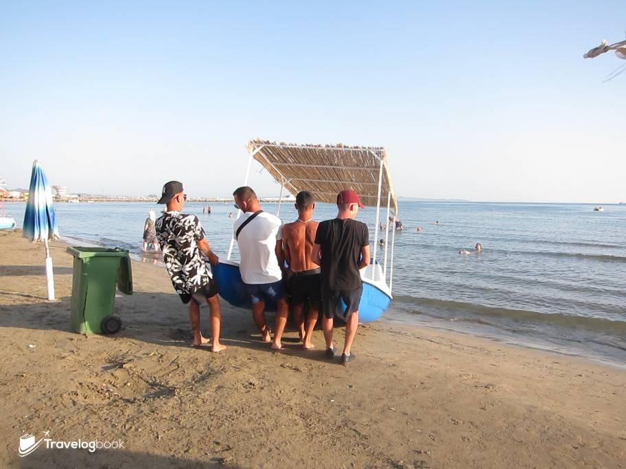 除了游水曬太陽,也有各式水上活動。