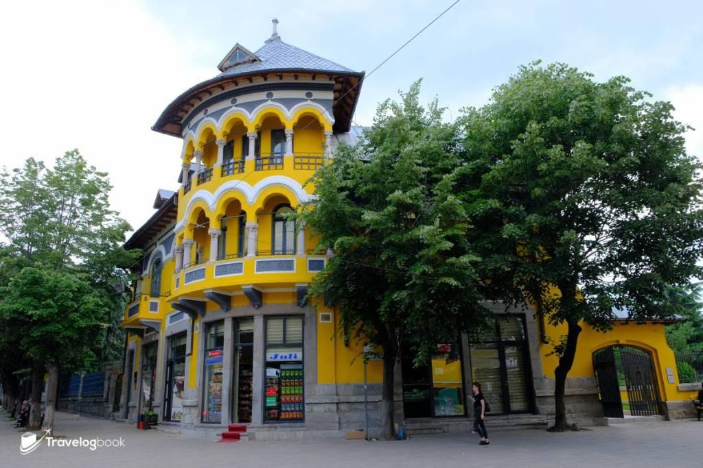 Shën Gjergj(St. George)行人大道上的昔日建築The Romanian House,現時已改為Gjon Mili Museum,展出這位阿爾巴尼亞著名攝影師的作品。