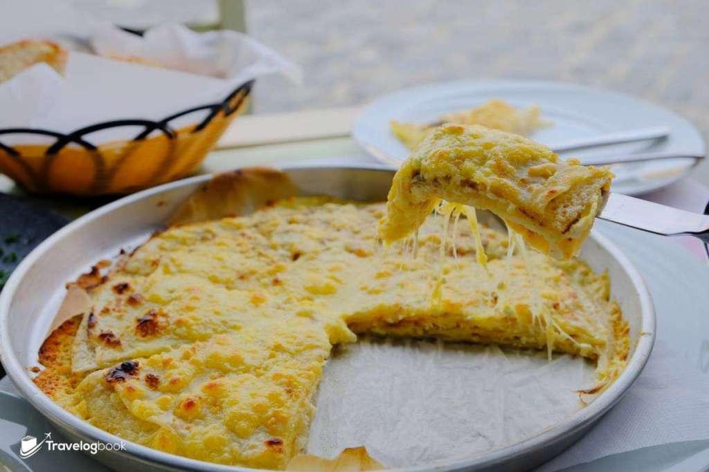 Petulla te Dahira:就像一種芝士千層批,批面微焦帶脆,並有拉絲的芝士,吃一兩件很美味,再吃就有點膩了。售價:400 Lek