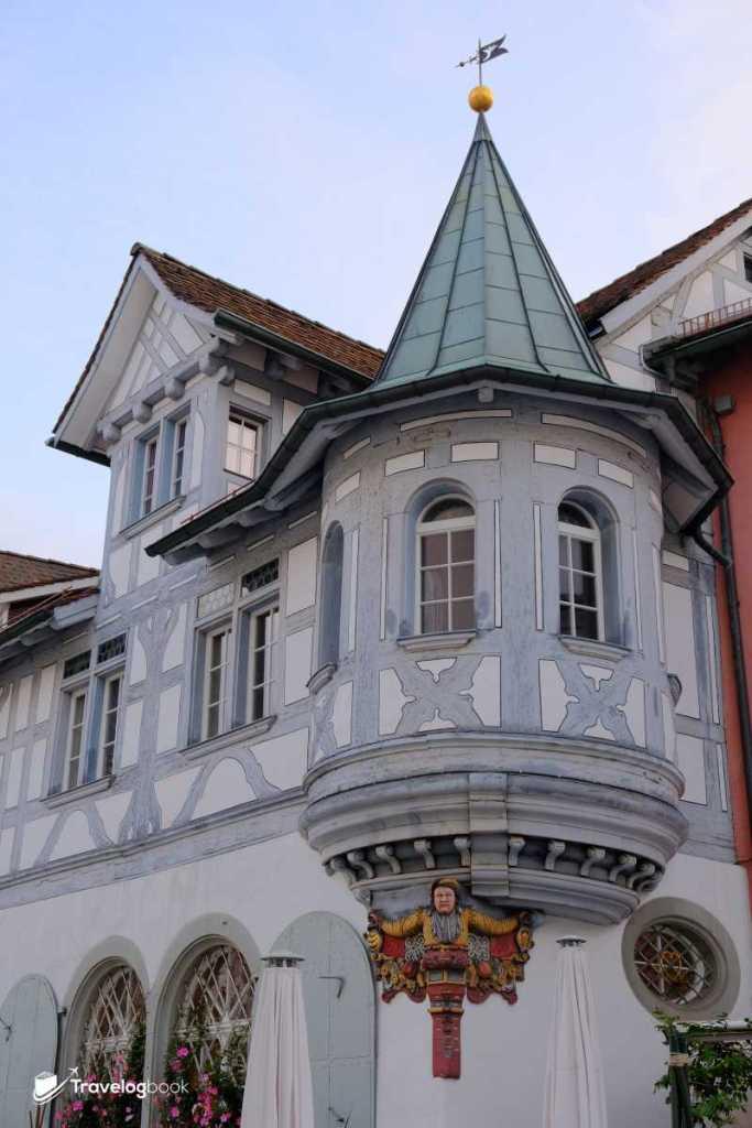 猶如城堡的凸肚窗,上有精緻的雕刻裝飾。