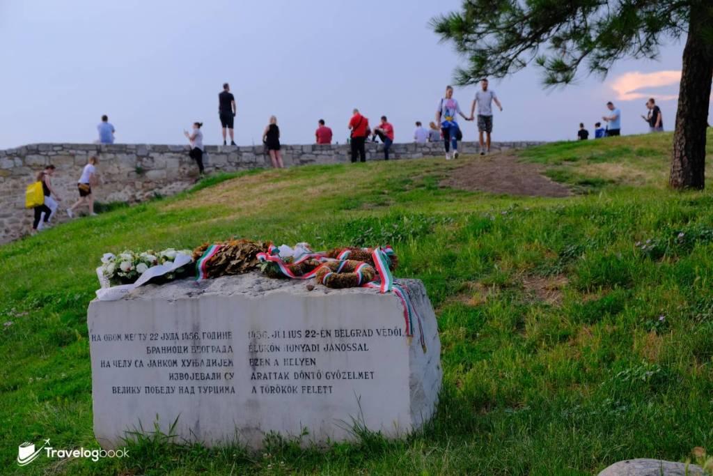 城內一隅的貝爾格萊德圍城戰紀念碑,上面放有致敬的花環。