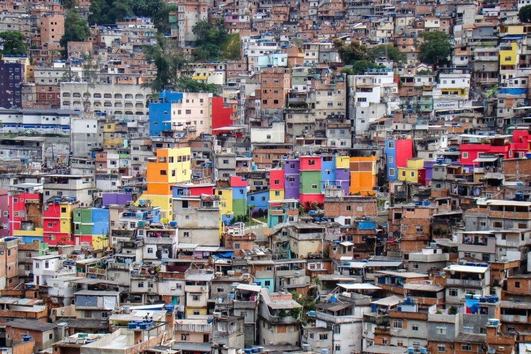 Gekleurde huizen in fevala Rocinha in Rio de Janeiro, Brazilië