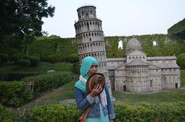 Si Cantik berfoto bersama menara miring Pisa