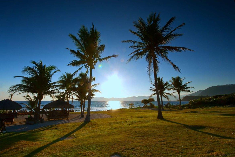 Casa Consuelo's expansive beachfront lawn