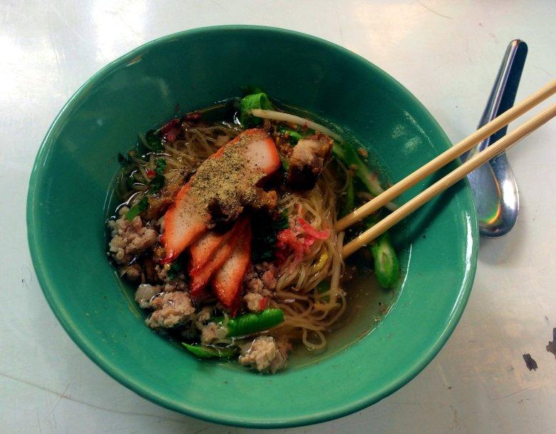 Kuay Teow Moo Daeng (Sopa de Noodles de porco vermelho).jpg