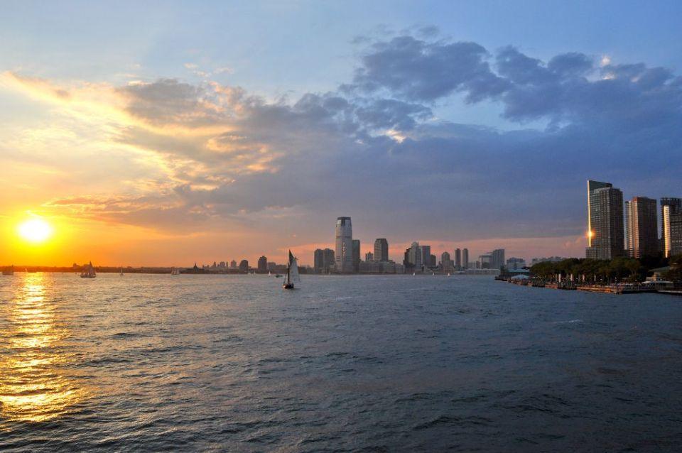 Blick auf New Jersey vom Wasser aus bei Sonnenuntergang