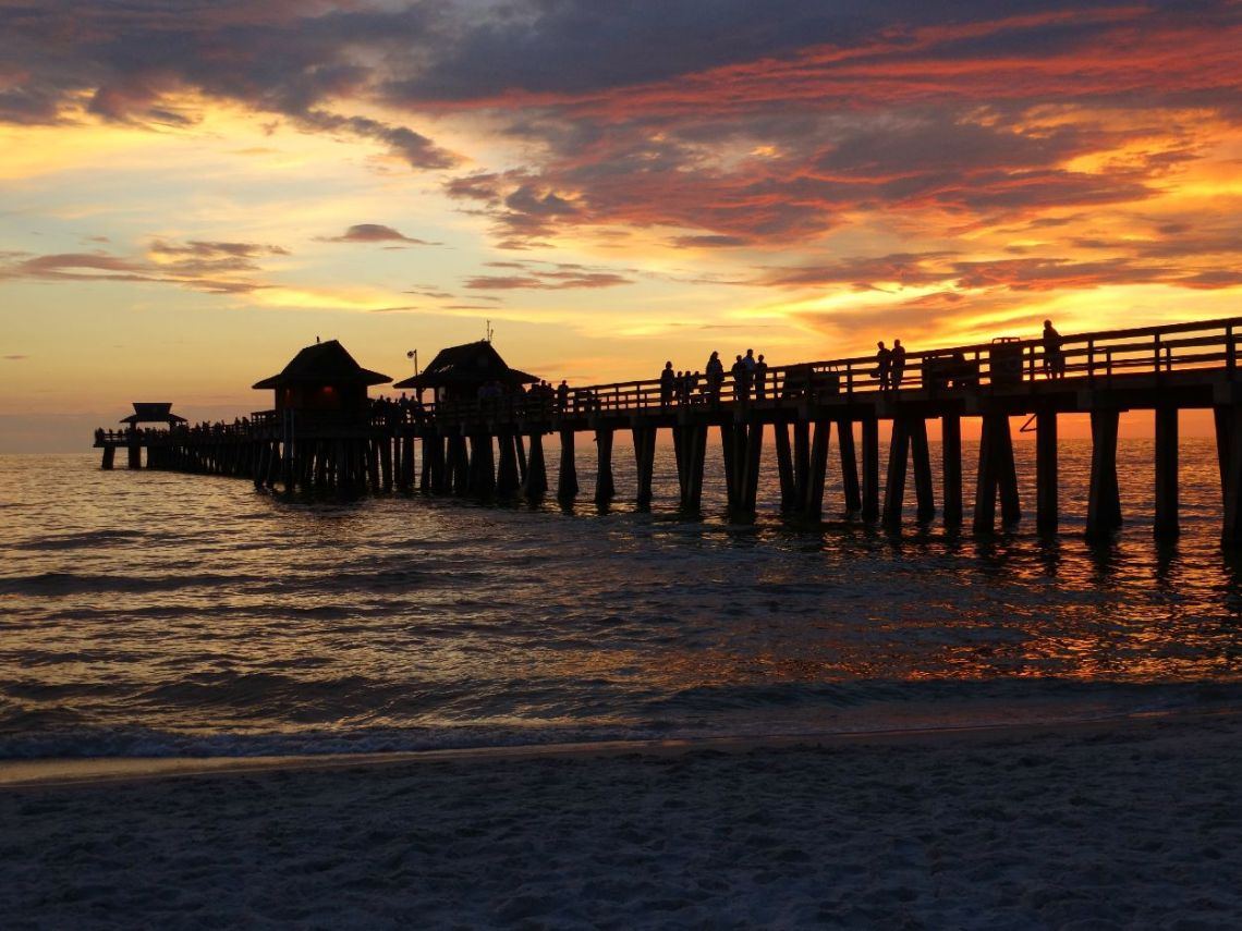 Sonnenuntergang am Naples Pier in Florida