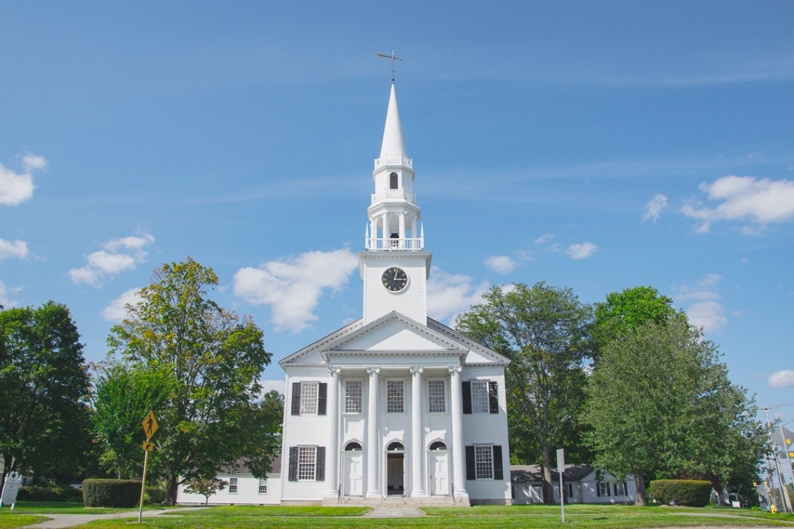 neuengland rundreise typisch weiße kirche im Neuengland-Stil
