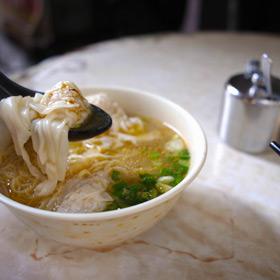 香港 中環で屋台雲呑麺の昼食