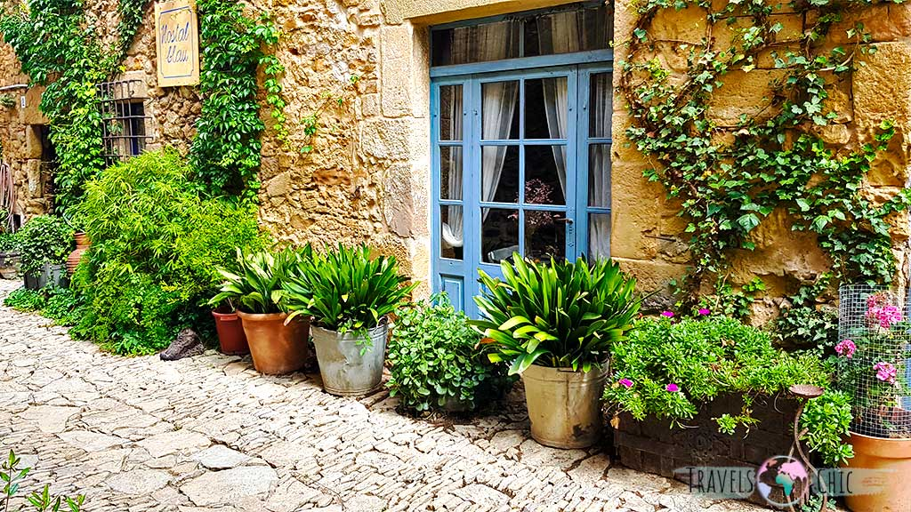 Plantas y flores que cubren cada rincón de Peratallada